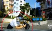 Cô gái qua đường ngã dúi vào ôtô vì giơ balô lên mặt che nắng