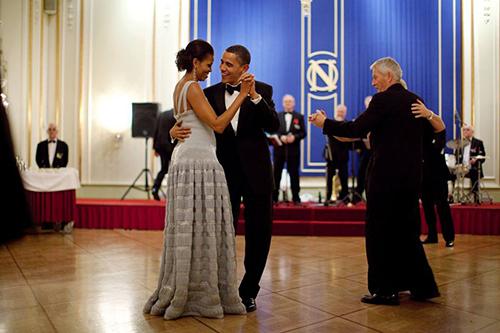 Vợ chồng ông Obama nhảy với nhautại tiệc Nobel 2009 ở Oslo, Na Uy