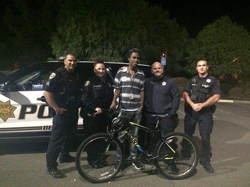 Các sĩ quan cảnh sát trao xe cho Duncan