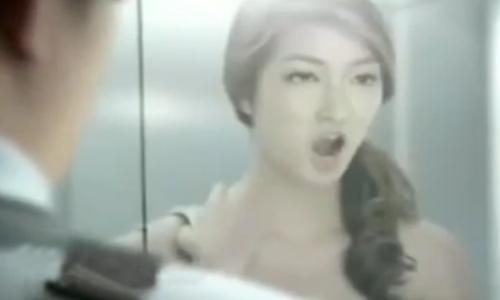 chang-trai-ngo-ngac-truoc-hanh-dong-cua-nguoi-dep-trong-thang-may
