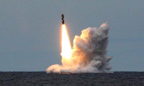 Tên lửa Bulava trong một lần phóng thử từ tàu ngầm. Ảnh:Russian military forums