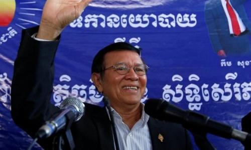 Lãnh đạo đảng đối lập Campuchia Kem Sokha hôm nay lần đầu bước ra khỏi trụ sở sau 5 tháng lánh nạn. Ảnh: Reuters.