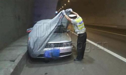 Viên cảnh sát nói ông bị sốc khi vén bạt phủ chiếc xe lên. Ảnh: Shanghaiist.