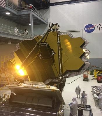 Mặt gương khổng lồ mạ vàng của kính viễn vọng vũ trụ James Webb. Ảnh: NASA.