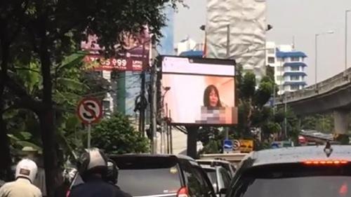 Bộ phim khiêu dâm của Nhật Bản đã xuất hiện suốt 10 phút trên biển quảng cáo ở một giao lộ lớn của Jakarta hôm 30/9,