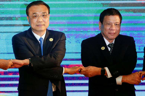 [Caption]Chinese Premier Li Keqiang (left) and Philippines President Rodrigo Duterte posing for a photo during the Asean Plus Three Summit in Vientiane, Laos on Sept 7, 2016.PHOTO: REUTERS