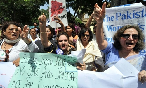 Phụ nữ Pakistan phản đối tục giết người vì danh dự. Ảnh: AFP.