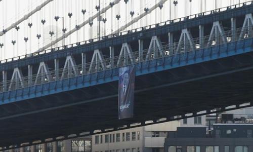 Chân dung ông Putin xuất hiện trên cầu Mahattan, Mỹ. Ảnh: Reuters.