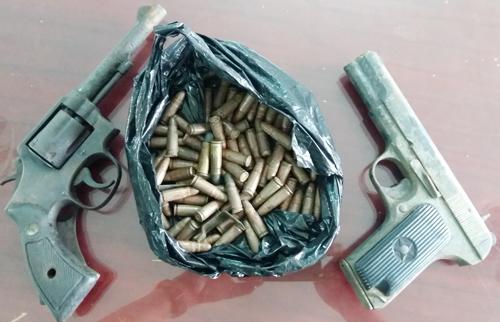 Nhà chức trách thu giữ hai khẩu súng cùng nhiều viên đạn của người dân giao nộp. Ảnh: Phúc Hưng