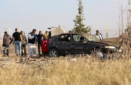 [Caption]Police forensic experts examine a car after a blast detonated by two militants, in the countryside of Haymana near Ankara, Turkey, October 8, 2016. REUTERS/Stringer