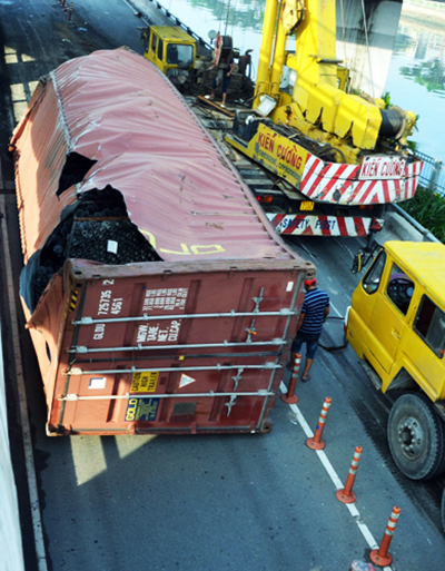 xe-container-lat-ngang-cau-trung-tam-o-sai-gon-1