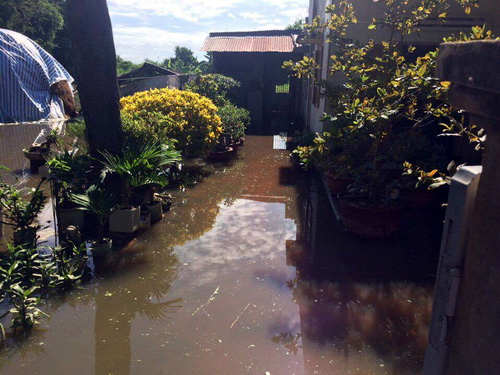 Nước ngập sâu gây gặp sự cố tài sản đa dạng nhà dân. Ảnh: Hải Hà