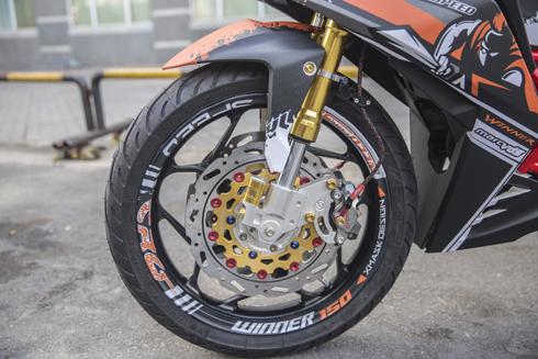 Lốp trước Michelin cùng phuộc USD màu vàng.