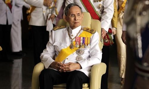 Sức khỏe của nhà vua Bhumibol Adulyadej được nhiều người Thái Lan quan tâm. Ảnh: Reuters.