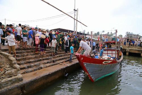 Tàu chở 44 người chìm ở Quảng Trị, một người chết