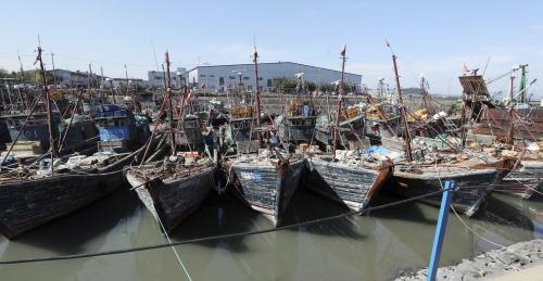 Các tàu cá Trung Quốc đánh bắt trái phép tại vùng Đặc quyền kinh tế của Hàn Quốc bị kéo về cảng Incheon, Hàn Quốc.