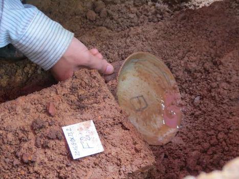 Phát hiện đĩa cổ ở nơi nghi chôn cất vua Quang Trung