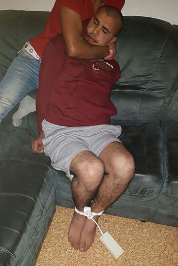 Nghi phạmJaber Albakr bị nhóm người tị nạn Syria trói chân tay. Ảnh: Mirror