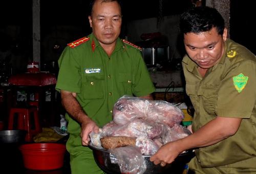 Lực lượng chức năng đưa số thịt heo thối đi tiêu hủy. Ảnh: Hoàng Nam