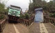 Xe tải 30 tấn treo lơ lửng vì làm sập cầu 8 tấn