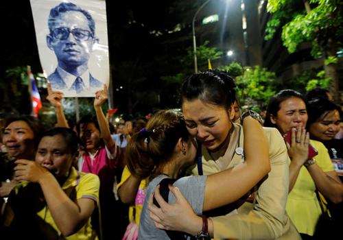 Người dân òa khóc bên ngoài bệnh việnnơi quốc vương điều trị. Ảnh: Reuters