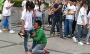 Chàng trai ôm chân bạn gái khóc nức nở vì tỏ tình thất bại