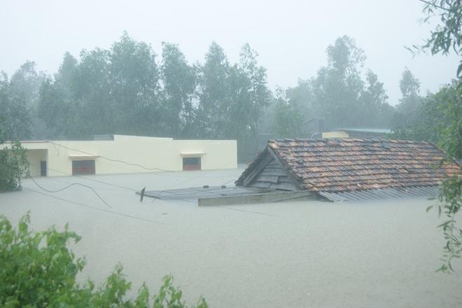 (Video) Lụt ngập nóc nhà ở Quảng Bình, đường sắt Bắc Nam bị chia cắt, 5 người chết