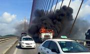Xe container bốc cháy trên cầu Bãi Cháy
