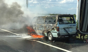 Ôtô bốc cháy trơ khung ở Hà Nội