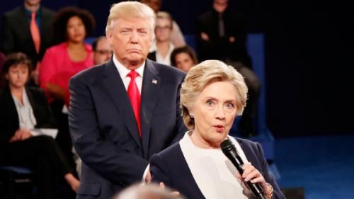 Ông Trump đứng sau bà Clinton trong phiên tranh luận trực tiếp hôm 9/10. Ảnh: AP