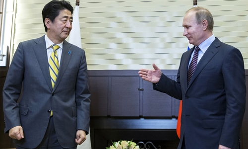 Thủ tướng Nhật Abe và Tổng thống Nga Putin trong cuộc gặp hồi tháng 5 tại khu nghỉ mát Sochi, Nga. Ảnh: Japan Times.