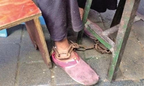 Bà cụ 80 tuổi ra hàng mì với xích vẫn đeo ở chân. Ảnh: Ifeng.