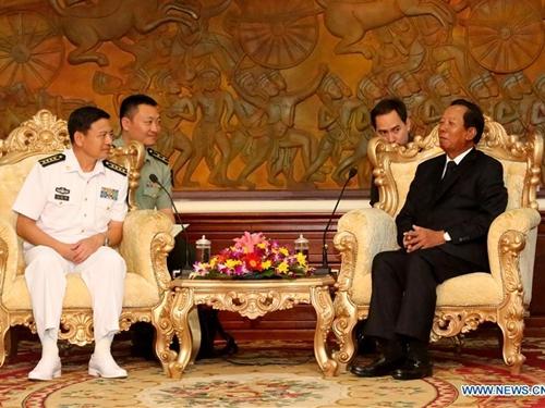 Phó Thủ tướng, Bộ trưởng Quốc phòng Campuchia Tea Banh (phải) tiếp Đại tá Wang Hongli, Trung Quốc. Ảnh: Xinhua.