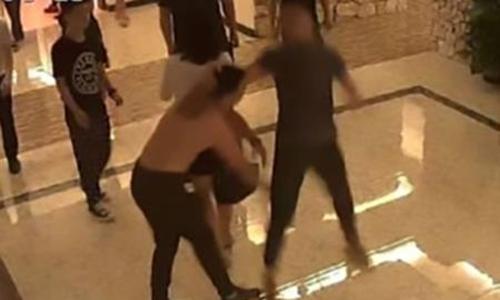 Ông Lôi (trái) bị đánh vì gây tiếng ồn quá lớn khi ân ái cùng bạn gái. Ảnh: Youth.cn