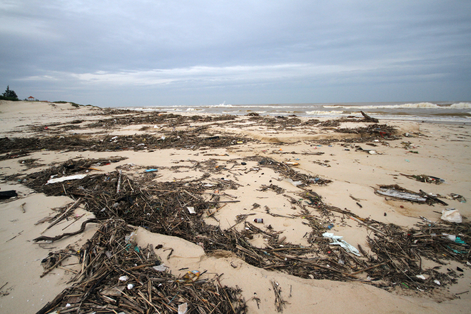 Quang Binh's beach littered with rubbish after flood