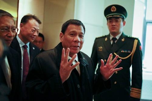 Ông Rodrigo Duterte (giữa) tại một khách sạn ở Bắc Kinh, thủ đô Trung Quốc. Ảnh: Reuters