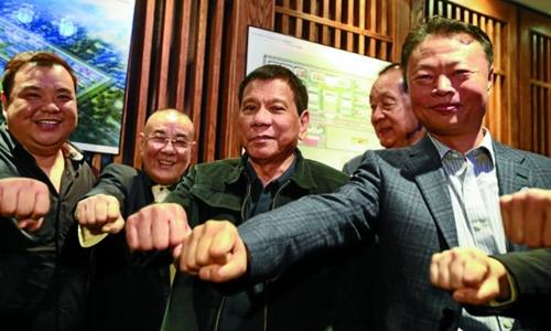Ông Duterte chụp ảnh tại Bắc Kinh với các quan chức thuộc Tổ chức những người bạn của Philippines. Ảnh: Inquirer.