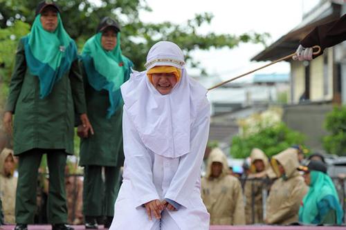 nhom-phu-nu-indonesia-bi-danh-hang-chuc-roi-vi-than-mat-voi-ban-trai