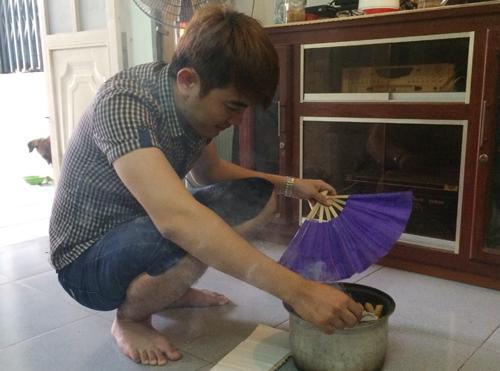 Người dân TP Bạc Liêu dùng nhiều cách trừ muỗi nhưng không hiệu quả. Ảnh: Phúc Hưng