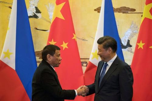 Tổng thống Philippines hôm nay bắt tay với Chủ tịch Trung Quốc tại Bắc Kinh. Ảnh: Reuters