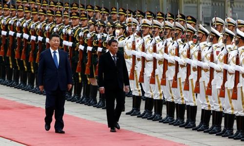 Ông Tập Cận Bình và ông Duterte duyệt đội danh dự tại Bắc Kinh, Trung Quốc. Ảnh: Reuters.