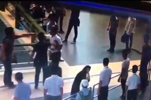 Cảng vụ hàng không miền bắc đòi truy tìm người giải cứu nữ nhân viên bị đánh ở sân bay.