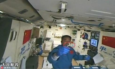 Phi hành gia Trung Quốc chơi với tằm trong không gian