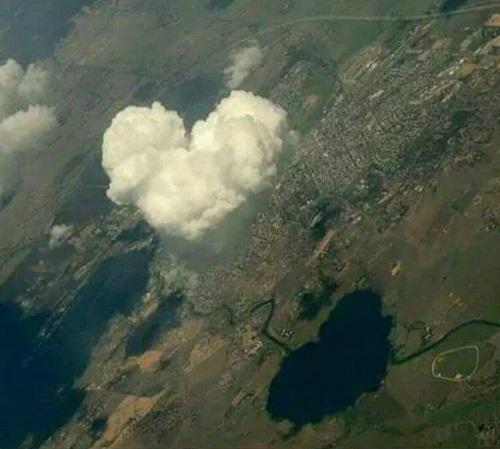 Tình yêu bềnh bồng trong không khí.