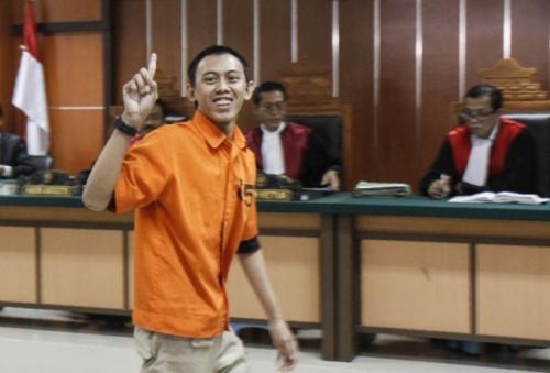 Suridi cười trước phóng viên tại toà án ở thủ đô Jakarta, Indonesia. Ảnh: AFP