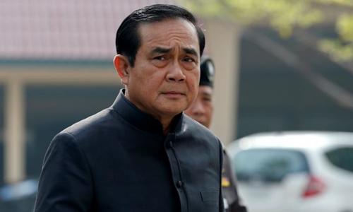 Thủ tướng Thái Lan Prayuth Chan-ocha mặc đồ đen trong một cuộc họp hàng tuần của chính phủ tại Bangkok. Ảnh: Reuters.