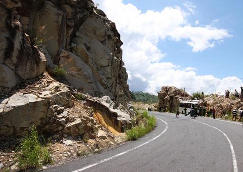 Nếu đổ đèo đúng cách, vách núi và vực sâu sẽ không phải là nơi đâm xe vào. Ảnh: Lan Hương.