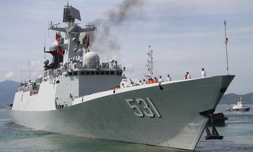 Tàu hộ vệ tên lửa Tương Đàm 531 tiến vào cảng quốc tế Cam Ranh