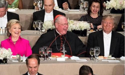 Đức Hồng YTimothy Dolan, người ngồi giữa bà Clinton và ông Trump trong bữa tiệc Al Smith, một sự kiện từ thiện Cơ đốc giáo thường niên tại New York, Mỹ, tối 20/10,