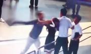 Video hai nam hành khách đánh nữ nhân viên hàng không Nội Bài